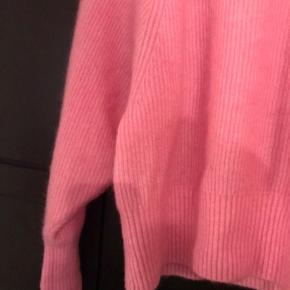 Fin lyserød strik  Blød og lækker at have på.  Står i fin stand, ingen brugsspor