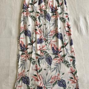 Lang nederdel med slids i begge sider.