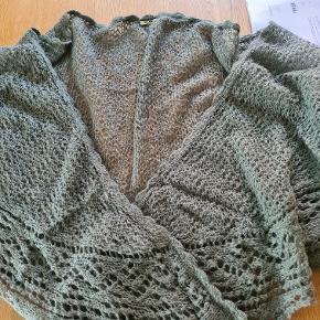 Fra røgfrit hjem. Stort trekantet sjal i grønlig farve. Køber betaler porto.
