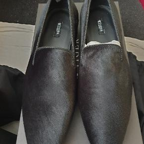 Helt nye loafers fra Tiger of Sweden, str 41, model Sartor i sort. Nypris 3000 kr.  Handmade tuxedo loafers  Calf hair  Made in Italy  Full leather interior  Full leather outsole