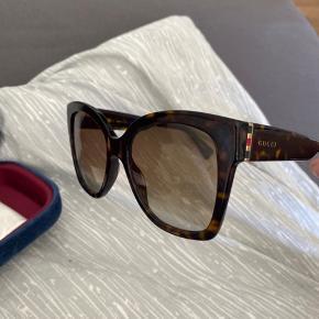 Gucci solbriller med mørkeblå etui og helt ny pudseklud