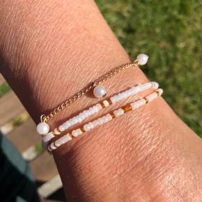 Håndlavede armbånd sælges. Kæde med hvide perler, laves i forskellige længder og farver samt størrelse på perler. 25kr for et som på billedet 🌻  Kan styles med armbånd lavet i ekstra stærk elastik, med forskellige farvekombinationer. 🌸 15kr stykket, 2 for 25kr & 3 for 35kr 🌸