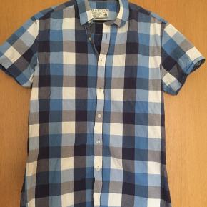 Varetype: Kortærmet Farve: Blå  Kort ærmet skjorte i str M , den er kun brugt et par gange pris 100 kr, køber betaler portoen  som er 49 kr og  sender med gls eller dao