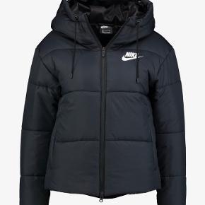 Nike jakke  Str. L  Nypris 800,- Sælges til 350,-