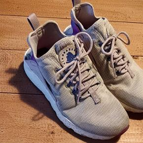 De populære Nike Air Huarache. Lækre at have på og den fineste lilla/lavendel farve. Har brugt dem flittigt, men nu er det på tide, de får ny ejermand 💜 Bemærk: skoen er officielt en str. 38,5, men passer en 37/37,5.