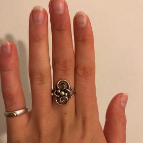 Ægte sølv 830 . Størrelse s. Vintage ring.  Har ændre sølvsmykker til salg på min side. Tjek gerne ud! Pris:  200 eks fragt