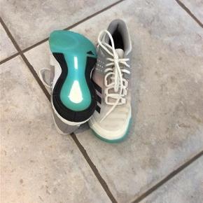 Varetype: Håndboldsko Farve: Hvid/grå  Adidas Håndboldsko  Næsten ikke brugt Sender gerne flere billeder BYD