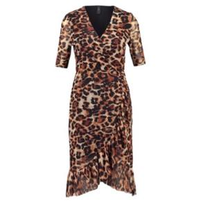 Fineste wrap leopard kjole fra Y.A.S Str. M/38  Kjolen er lavet i mesh kvalitet med masser af stretch. Den er foret hele vejen, undtaget på ærmerne, så den er IKKE gennemsigtig  Kun prøvet på - helt som ny!