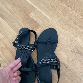 Sandal fra Bianco med kæde-detalje   Str.: 42  Stand: aldrig brugt   Mener nypris var 599,-