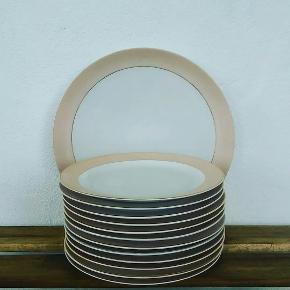 Arzberg vintage porcelæn 💚🍃🍃🍃 Hvidt med lyserød stribe og guld kant . 12 kagetallerkner a kr 12,- Stort rundt fad kr 40
