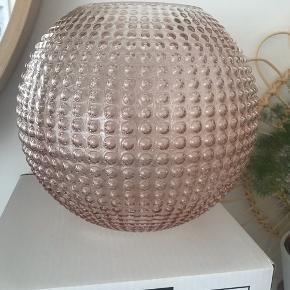 Helt ny i æske. Eightmood flora vase i farven rosa. Den store model højde 22,5 cm. Nypris 450.
