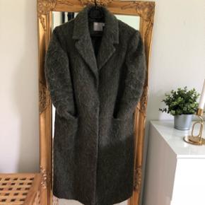 Mørkegrøn frakke fra ASOS - str. SLukkes med 4 knapper. Kan afhentes i Odense SØ eller afsendes 😊