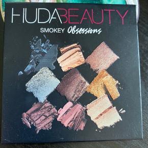 Kun swatched Huda Beauty Smokey Obsessions