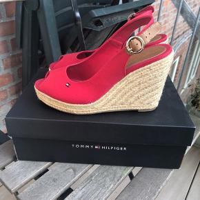 Sælger disse flotte sandaler fra Tommy Hilfiger str. 37, kun brugt én gang i få timer. Sælges da jeg ikke får dem brugt. Jeg sender gerne, 38 kr. med dao.