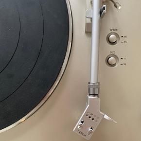 Denon DP-300F købt i HiFi klubben.  Indbygget RIAA-forstærker og med original Pick up. Få overfladiske ridser.  Ny pris: 2.999 DKK