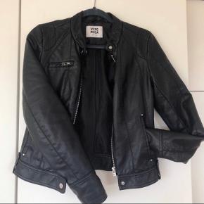 """Kom gerne med et bud!  """"Læder/skind"""" jakke fra Vero Moda (kunstigt) i str. S. Den er kun brugt et par gange, og har derfor kun få mærker efter brug. Nypris var et sted mellem 300-400"""