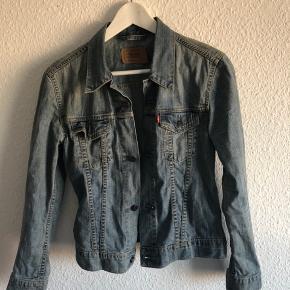 Flot Denim-jakke fra Levi's til kvinder sælges 😊