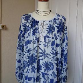 Størrelse: 52/54 Farve: Blå/lyseblå  Bluse  sælges,( Plus) den har foer......     Bytter ikke.  Brystmål: 69x2 Længde: 74 Materiale: 100 % polyester  Prisen er 100 kr + porto
