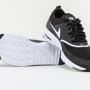 Sælger disse Nike Air Max Thea i sort/hvid :) Kassen til skoene, følger med.  De er blevet brugt i en periode, derfor er der også mindre tegn på slid. For billeder af skoen, skriv pb  Mængderabat gives😉  #Secondchancesummer