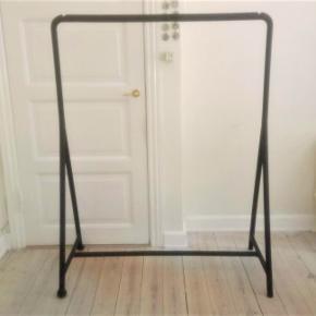 kea TURBO tøjstativ / garderobestativ. Det er sort og 117cm bredt, 148cm højt og 59cm dybt. Det er stabilt og meget nemt at samle, og der er hjul på 2 af benene. Det er kun brugt meget lidt. Det kan hentes i København.