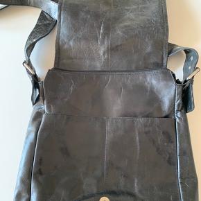 Flot lædertaske med justérbar rem - kan både være crossbody, men også blive kort til skuldertaske. God rumfordeling.