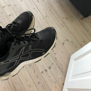 ASICS sneakers/løbesko  Små i størrelsen - svarer til en almindelig 39