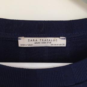 Shiny mørkeblå t-shirt fra Zara.