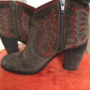 Cool støvletter med cowboy støvle look. Farven er sådan grøn/grå/brun. Virkelig flot farve.  Bytter ikke.