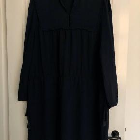 Flot kjole i mørkeblå farve.  Længde ca. 96 cm.  Brystbredde ca. 56 cm.  Bytter ikke!