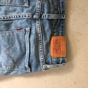 Levi's jeans i størrelse 23 i livet og 32 i længde