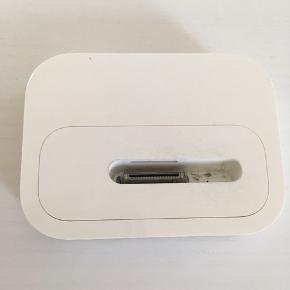 Dock, fjernbetjening og ledninger til iPod. Dock passer også til ældre iPhone (3S og 4S).  BYD gerne. Sælges helst samlet.   80,- + fragt. Sender gerne med Dao.  Bytter ikke.