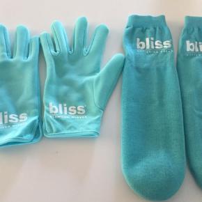 """Varetype: Handsker og sokker maske Størrelse: ... Farve: Grøn  Handsker kun prøvet på. 250 kr Sokker brugt 2 gange. 200 kr ( nyvasket fødder naturligvis)  Køb begge dele 400 kr  Selvfølgelig kun brugt efter grundig vask (bad)  Ex porto    Bliss Glamour Gloves er et par skønne, selv-aktiverende behandlingshandsker, som er foret med en polymer-gelé, der fodrer din hud med lækre ceramider, olier og antioxidanter, så du får en super blød hud i løbet af bare 20 minutter.   Bliss Glamour Gloves blødgør og udglatter fine linjer med antiaging ingredienser samt olivenolie, vindruekerneolie og E-vitamin.  Forkæl dine udtørrede poter med disse fugtgivende glamour handsker. Efter 20 minutter er dine hænder forvandlet til et par bløde og glatte nye """"vanter.  Samme procedure for sokkerne."""