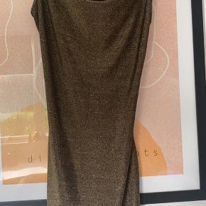 Sælger denne fine kjole fra Buch. Kjolen er aldrig brugt og sælges kun, da den er for stor.
