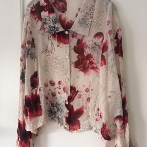 Lækker transparent skjorte med blomster🌺 med knapper. Som ny