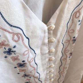 Skjorte med halvlange ærmer, knapper og mønster.  🌼Bytter ikke🌼 🌸Kan afhentes eller sendes igennem Trendsales på købers regning🌸  #trendsalesfund