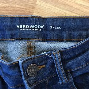 Vero Moda 7/8 i str S længde 30. De har været på et par gange, sælges billigt, tænker 130 inkl Porto   Slim Farve: Blå Oprindelig købspris: 130 kr.