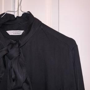 """Lækker skjorte fra & Other Stories i str.38. Skjorten har lange cuffs, som det ses på billederne, samt bånd der kan bindes om halsen. Brugt et par gange, men stadig i velholdt stand 😄  OBS: Knapperne er i """"sæt"""" til ærmerne og kan selv arrangeres alt efter, hvordan man vil have skjorten på   Køber betaler fragt"""