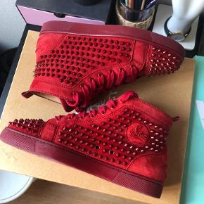 Sælger disse super dejllige Christian Louboutin  I den lækreste og meget eftertragtede røde carmin farve  Alt originalt medfølger, såsom kasse, dustbags, kvittering osv   Skriv til 52249062 for hurtigt svar:)