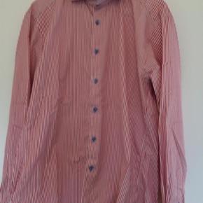 Klassisk stenstrand skjorte i rød/hvid striber med lys blå knapper og kontrast striber i bakke og ved ærmerne og under knapperne foran.  Modellen er fitted body  - twofold super cotton  Str 41