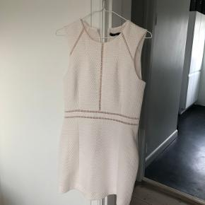 Fin hvid kjole fra Mango sælges