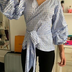 Sød sommer bluse som aldrig er blevet brugt, da den dsv er for stor