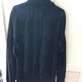 Adidas tracktop i sort velour. Trøjen fejler intet og er kun brugt et få antal gange.