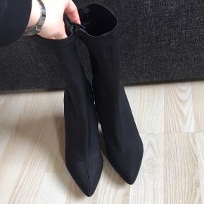 Støvler Hæl: ca 10 cm Kun prøvet på NP: 429kr Mp: 215kr