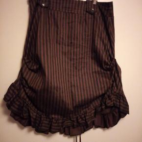 Smuk steampunk nederdel fra Golden Steampunk i str. 18... brugt 3 gange... så er som ny... MP: 300,- pp NP: 450,-