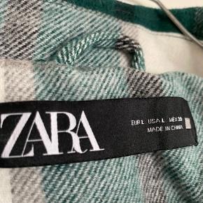 Oversize skjortejakke fra Zara i str. L. Jakken har brystlommer, samt lommer i siden. Den er brugt få gange, fejler intet og fremstår som nærmest ny :-)