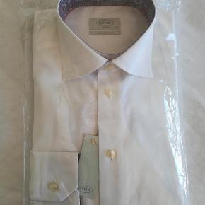 Varetype: Langærmet Størrelse: 39 Farve: Hvid  Helt ny, ubrugt ETON skjorte i hvid med blomster i kragens inderside. Str 39, contemporary fit. Bemærk : Extra lange ærmer!