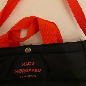 Mads Nørregaard tasken er smart og funktionel.  Har en god størrelse med plads til lidt af hvert.  Skriv for flere billeder eller bud Køber betaler fragten