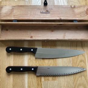 Jeg sælger mine Gense Old Farmer køkkenknive, da jeg ikke får brugt dem. Brødkniv, 22 cm. Kødkniv, 22 cm. Sættet er kun brugt få gange - trænger måske til en slibning. Kan sendes