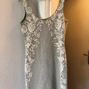 Tætsiddende kjole der fremhæver formerne. Sidder rigtig flot over brysterne og giver talje. Stretch, men ville bedst passe en M eller S. 👍🏻