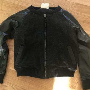 Super fed uld/læder jakke fra marmar cph str. 128. Kun brugt en enkelt gang.  Læs venligst min profiltekst inden spørgsmål/bud.   😃